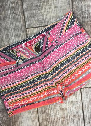 Яркие крутые цветные шорты