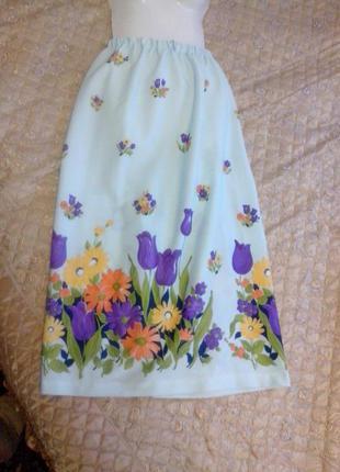 Красива юбка з ніжним квітковим принтом