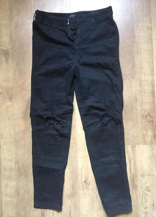 Чёрные джинсы в дырку topshop