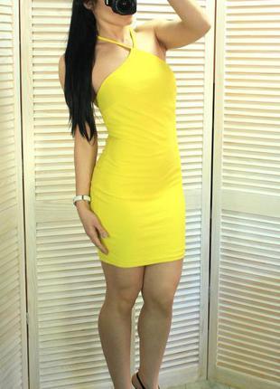 Ярко-желтое платье в обтяжку