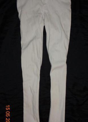 Белые прямые зауженные джинсы