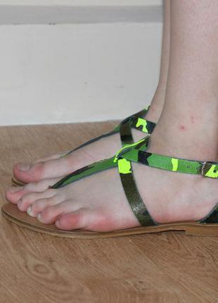 Кожаные босоножки ветнамки  камуфляжные