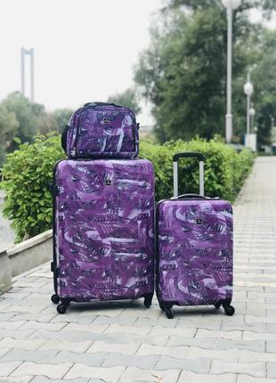 Маленький пластиковый чемодан для ручной клади фиолетовый на 4 колесах