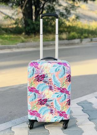 Маленький пластиковый чемодан для ручной клади на 4 колесах листя