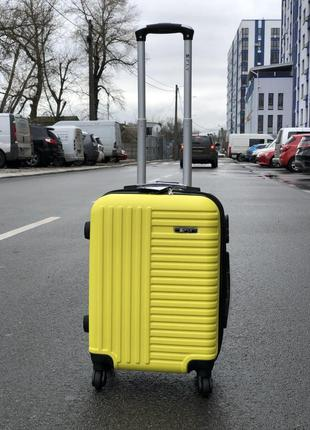 Чемодан из противоударного пластика маленький для ручной клади 4-х сьемных колесах желтый