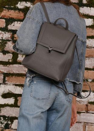 Сумка-рюкзак серый женский из искусственной кожи серого цвета