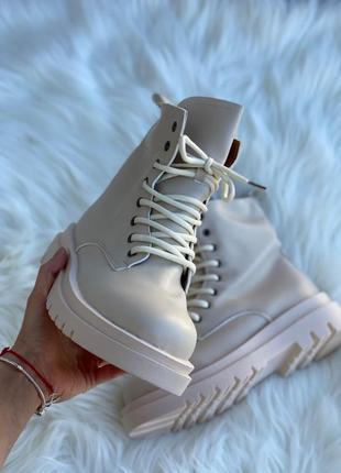 Светлые тёплые ботинки