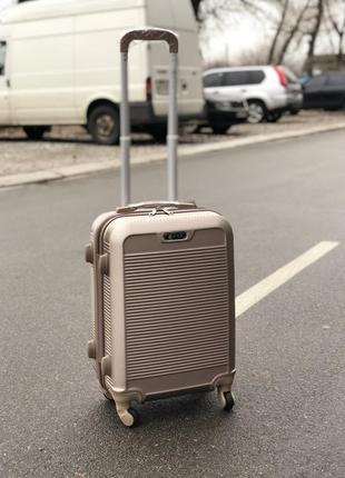 Распродажа: пластиковый чемодан на 4-х колесах s для ручной клади шампань