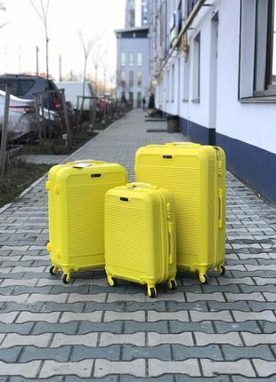 Распродажа: пластиковый чемодан на 4-х колесах качественный s ручная кладь желтый