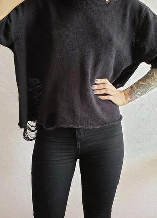Стильный рваный свитер