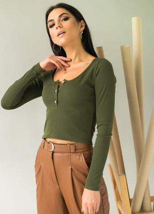 Стильный укороченный пуловер с пуговицами