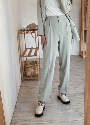 Свободные брюки с защипами прямого кроя на высокой талии посадке стильные штаны фисташка