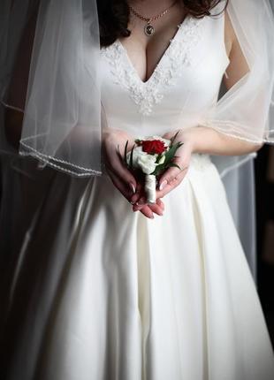 Весільна сукня айворі атлач в дуже доброму стані після хімчистки
