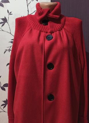 Пальто с вязаными вставками-рукавами.