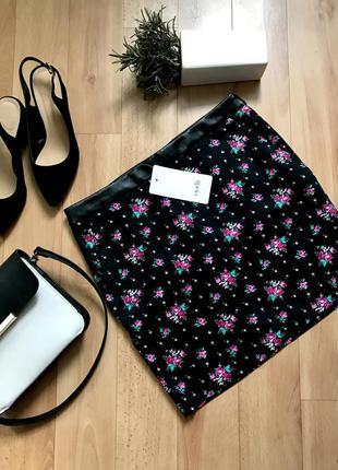 Крутая короткая мини юбка черная в цветочный принт летняя весна размер s с 36 новая