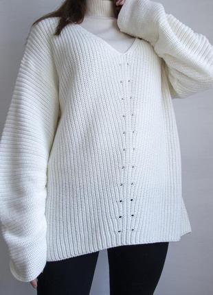 Белый свитер свободного фасон
