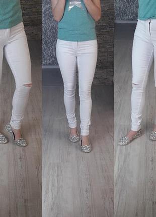Джинсы з прорезами на коленках