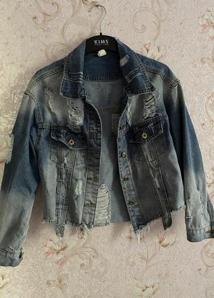 Стильная джинсовая рванная куртка
