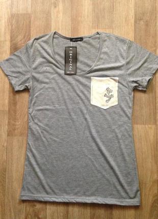 Базовая футболка серого цвета с карманом