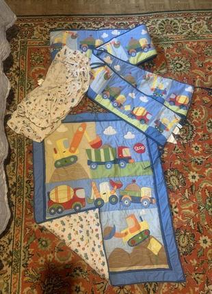 Защита, бортики и одеяло для детской кроватки с машинками circo