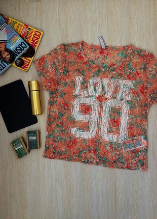 Укороченная кружевная футболка с цветами и ярким принтом