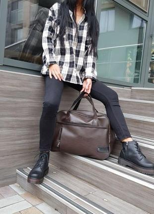 Дорожная коричневая сумка