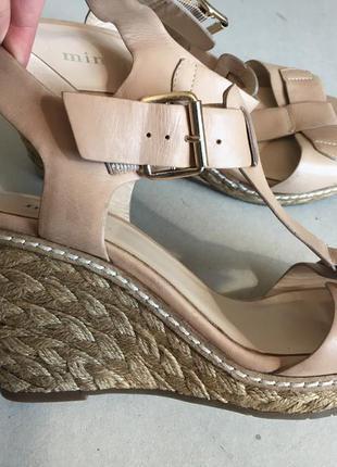 Удобные кожаные фирменные босоножки нежного цвета стелька 25 см