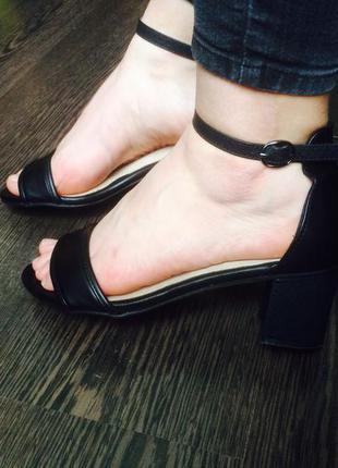 Шикарные чёрные босоножки на удобном каблуке и ремешками