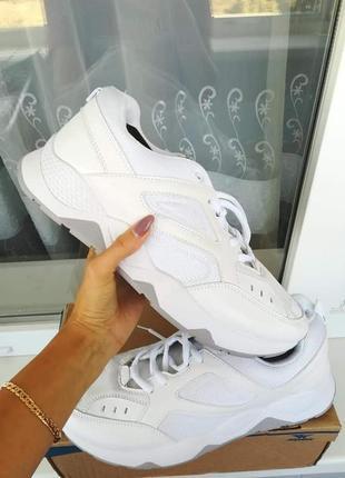 Белые новые кроссовки