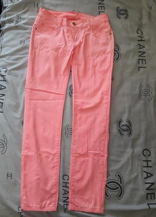 Джинсы розового цвета