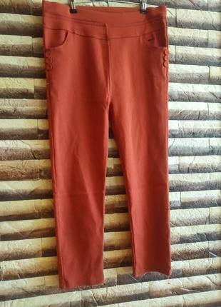 Укорочені брюки з завищеною талією.