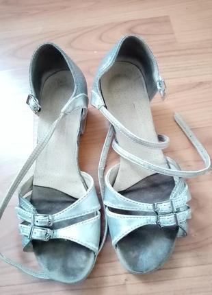 Туфлі танцювальні.