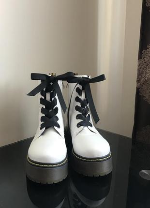 Нові шкіряні черевики