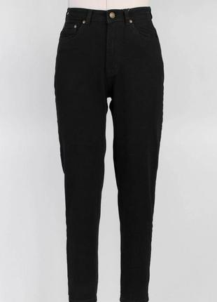 Чёрные зауженные к низу джинсы мом