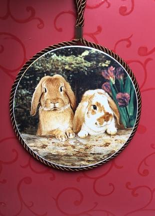Декоративная настенная тарелка  под горячее кролики