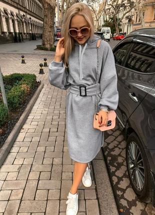 Стильное тёплое платье с капюшоном и пояском