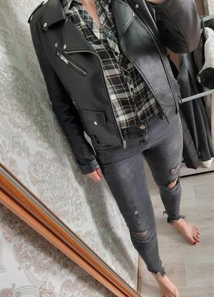 Стильные чёрные рваные джинсы с дырками