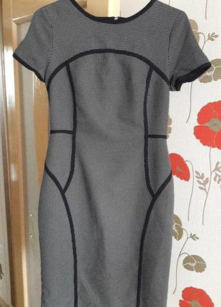 Очаровательное платье-футляр