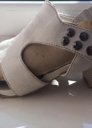 Женские кожаные босоножки caprice 38 размер