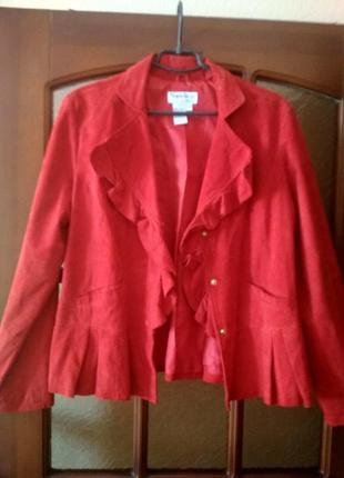Красная кожаная куртка с баской
