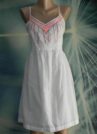 Белоснежное хлопковое платьице с яркой вышивкой