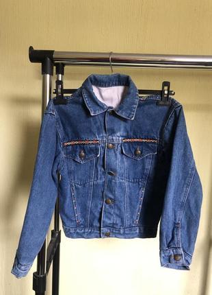 Джинсова куртка з вишивкою