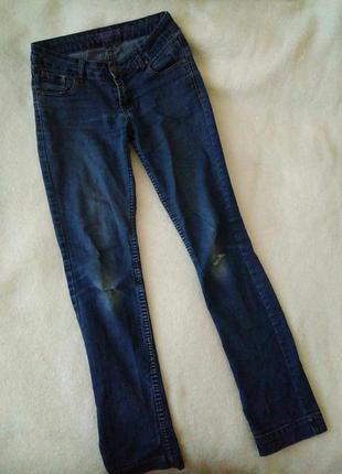 Синие прямые джинсы, рваные колени. дырки на коленях
