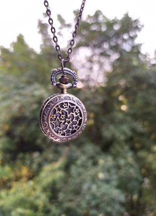 Часы на цепочке со звездами