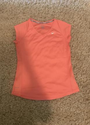 Жіноча спортивна футболка nike