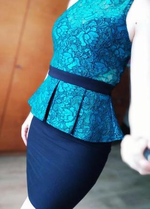 Изумрудное платье с баской вечернее коктельное