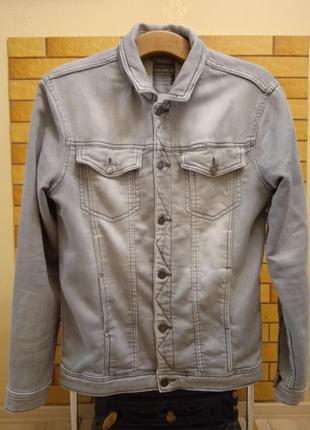 Светло - серая мужская джинсовая куртка pull & bear