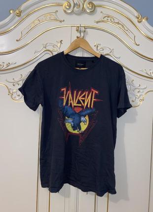 Серая футболка рок рокерская рокеским принтом