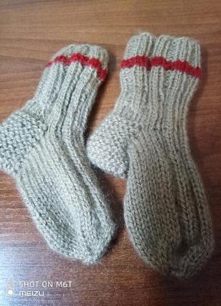 Вязаный набор на мальчика жилет+носочки4 фото
