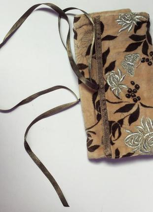 Красивий коричневий гаманець або маленька косметичка.